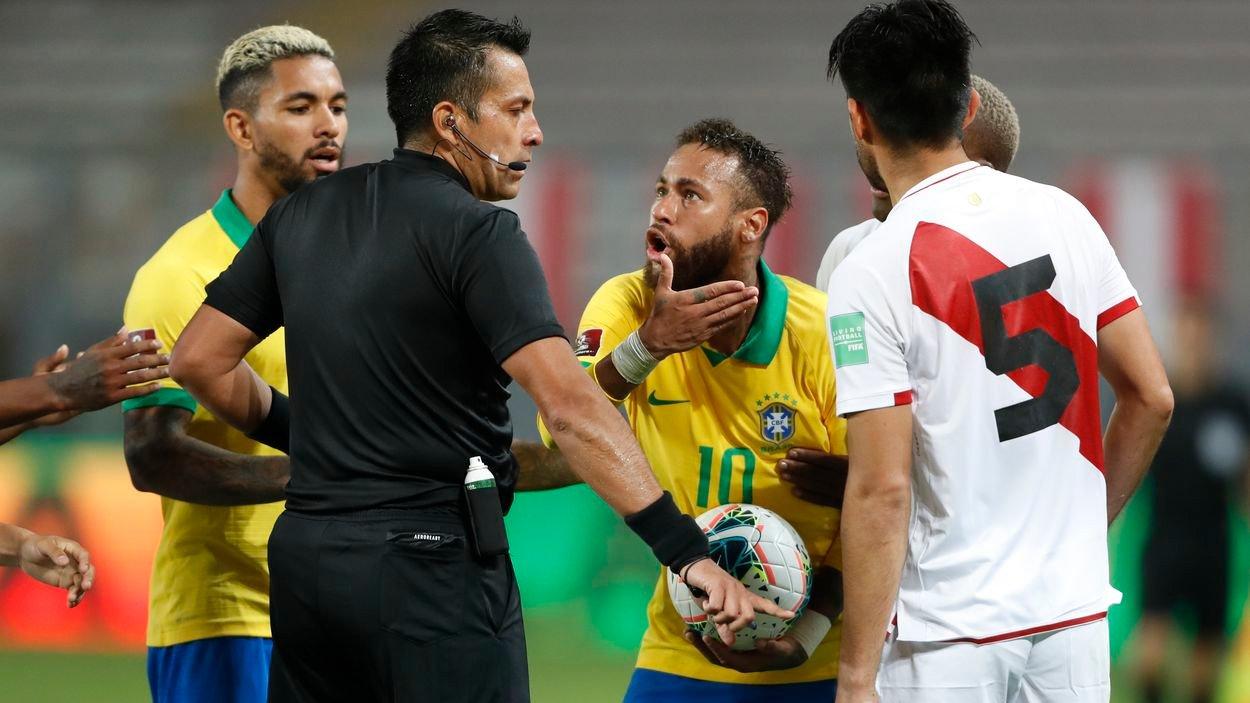 Árbitro Julio Bascuñán en el partido Perú-Brasil (Catar 2022)