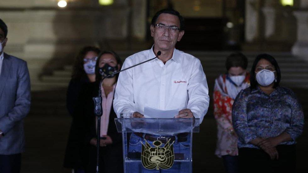 Expresidente Martín Vizcarra dando un mensaje después d su destitución